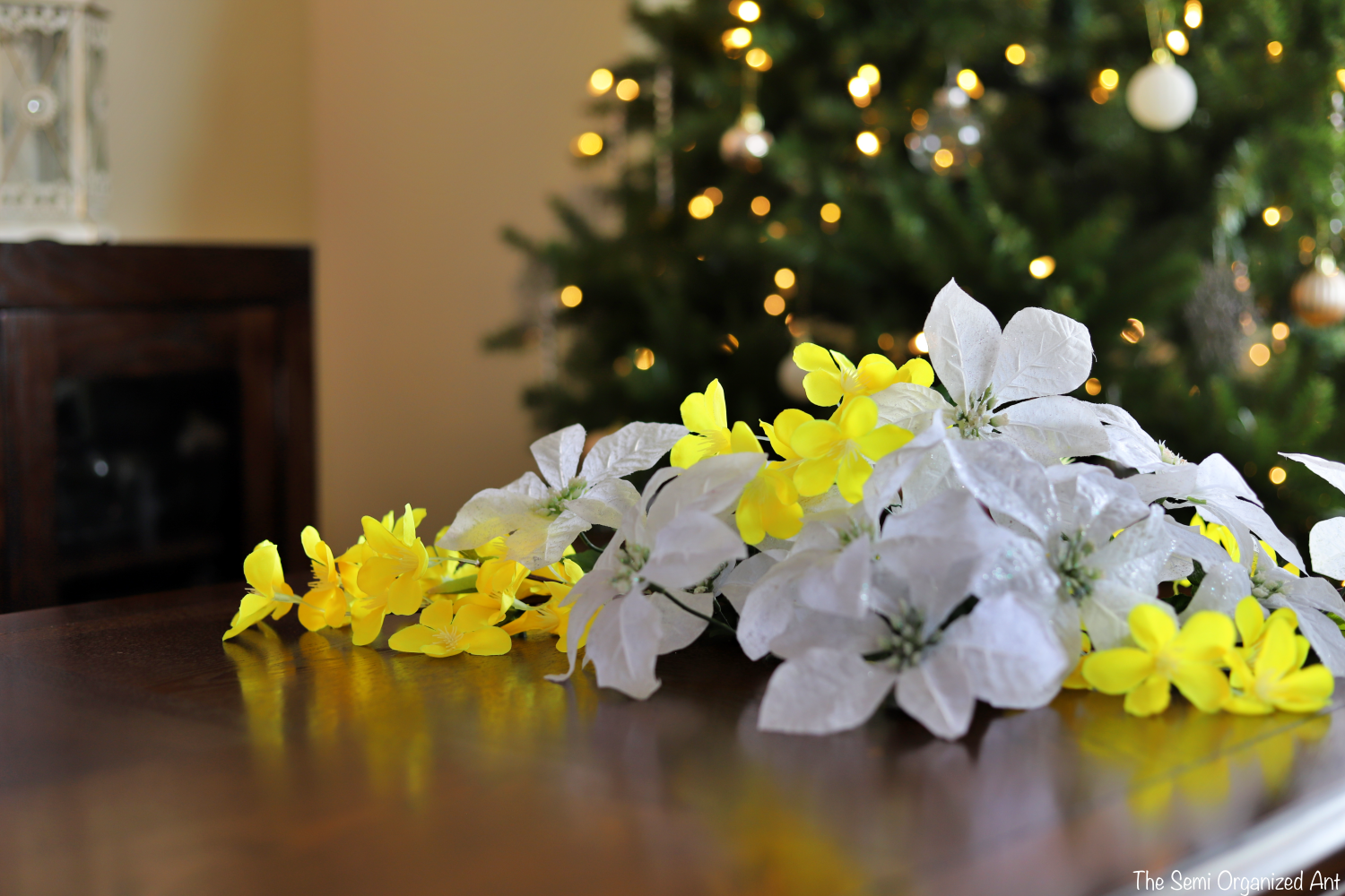 Bright and Cheerful Christmas Centerpiece - The Semi Organized Ant